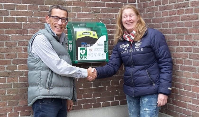 • Ouderling Borsje en Hanneke de Koster met de AED.