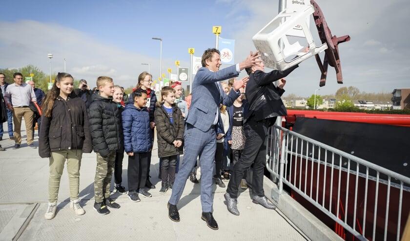 • Met het gooien van afval openen wethouder Janssen en Gertjan de Waard van HVC het afvalbrengstation.