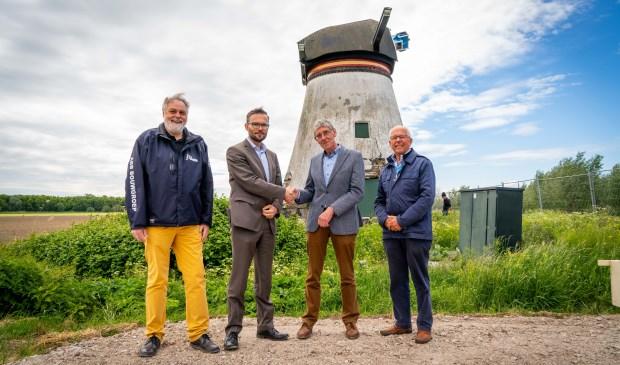 • Arjan Kraijo (links) en Teus van Gelder schudden elkaar de hand bij de Souburghse molen.