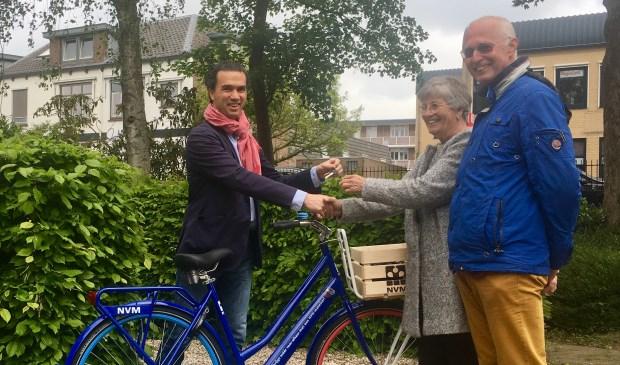 • De heer en mevrouw Traxel kunnen per NVM-fiets hun nieuwe woonomgeving gaan verkennen.