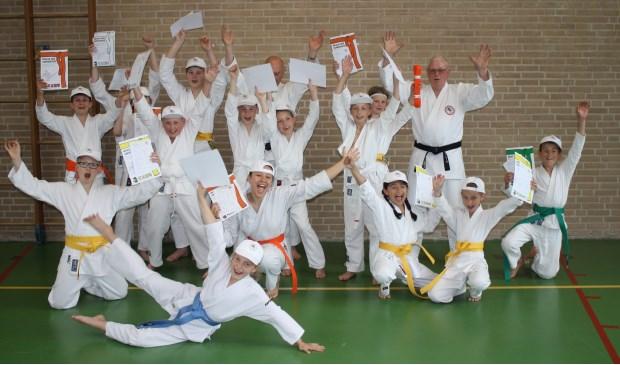 • De geslaagden bij karateschool Bezemer.