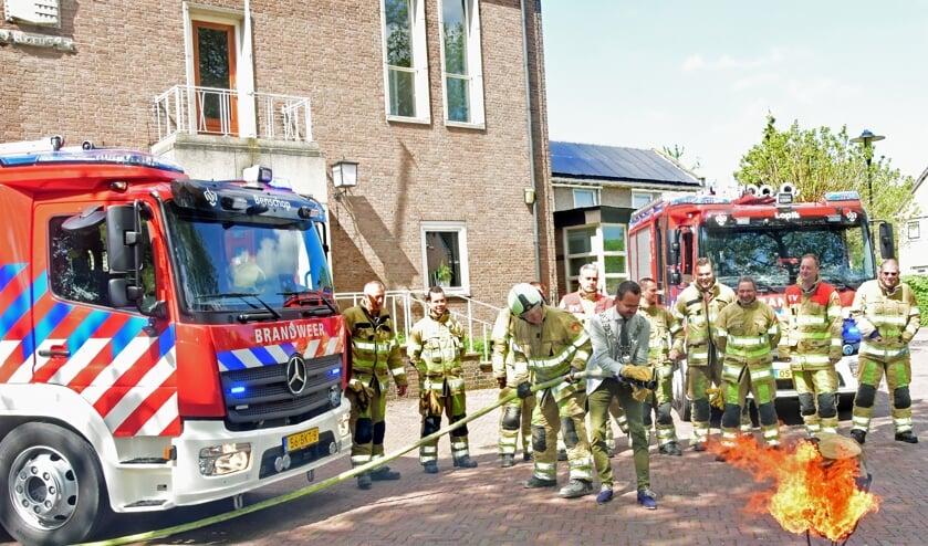 • Burgemeester Laurens de Graaf test de nieuwe brandweerwagen uit.