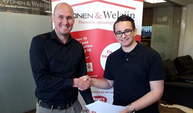 • Yordi Vos geflankeerd door Lennart Veldhuijzen, mededirecteur RegioBank - Wonen & Welzijn, bij ondertekening van het sponsorcontract.