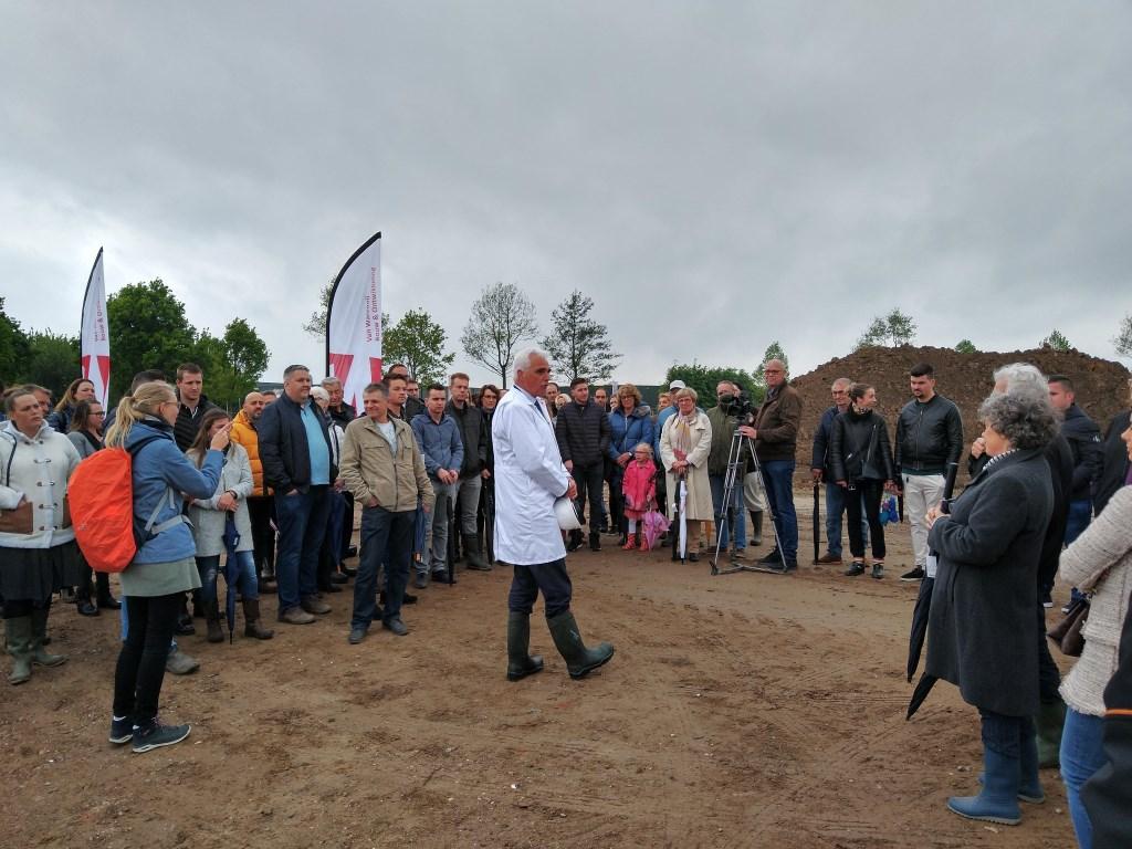 • Wethouder Peter de Vries verrichtte de officiële starthandeling onder toeziend oog van toekomstige bewoners. Foto: Van Wanrooij Projectontwikkeling © Bommelerwaard
