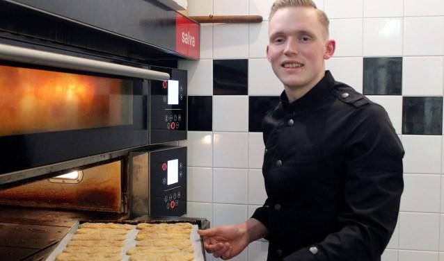 • Luuk Schaper bezig met het maken van luxe koekjes.