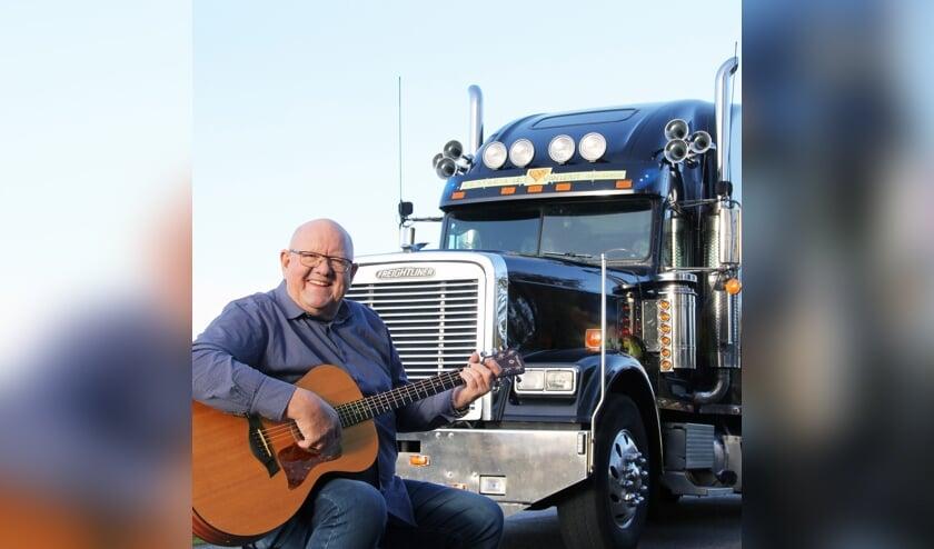 • De zingende vrachtwagenchauffeur Henk Wijngaard treedt op tijdens de Haastrechtse Jaarmarkt.