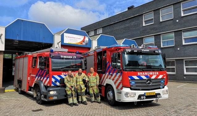 • Marco Vriens, Jasper Invernizzi en Nikolaj van Collenburg met rechts de nieuwe tankautospuit.