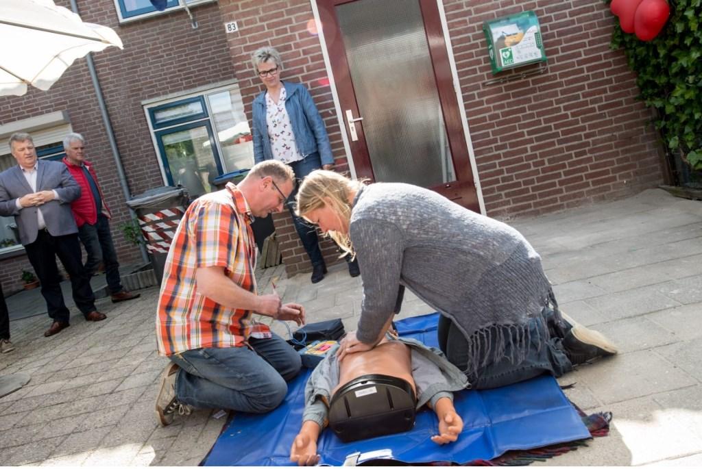 • De omwonenden kregen te zien hoe de AED gebruikt moet worden. Dat kan alleen door geschoolde mensen. Foto: aangeleverd © Bommelerwaard