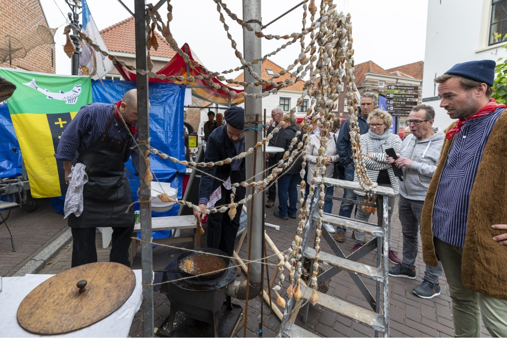 Het Woerkums kampioenschap visbakken trok weer veel mensen naar de Woudrichemse vesting. Foto: Jan Noorlandt © Heusden en Altena