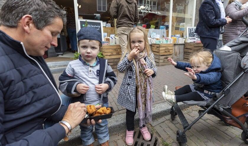 Het Woerkums kampioenschap visbakken trok weer veel bezoekers naar Woudrichem.