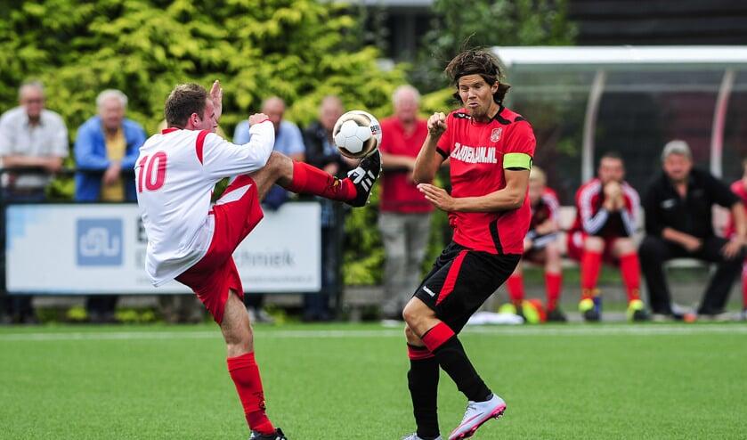 • Stolwijk in 2016 in actie tegen Gouderak, dat onlangs de overstap naar het zaterdagvoetbal maakte.