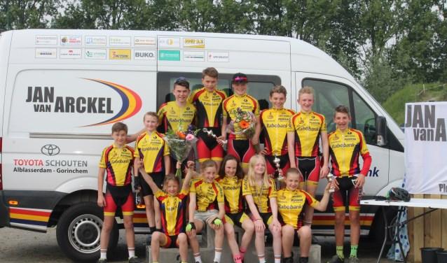 Een groepsfoto van de renners van Jan van Arckel.