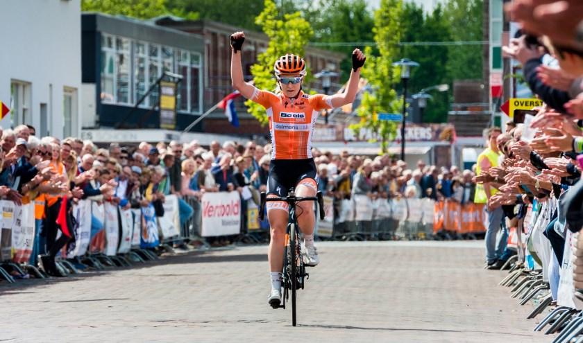 • Amy Pieters komt over de finish tijdens de Ronde van Lekkerkerk van vorig jaar.