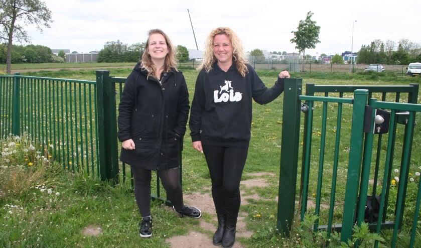 • Chantal van Berkel en Sandra van de Laar bij het veldje naast de basisschool waar de speeltuin komt.
