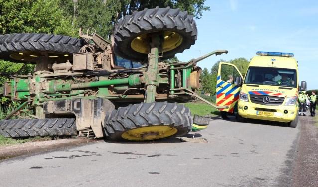 • Bij een ongeval aan de Midgraaf in Almkerk belandde een tractor op zijn kant.