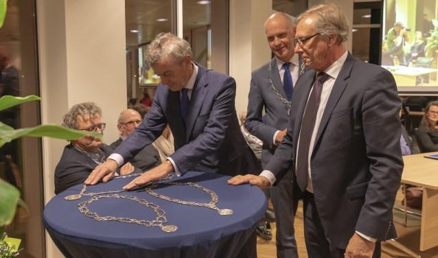 Oud-burgemeesters Fons Naterop van Aalburg en Yves de Boer van Werkendam leverden begin januari hun ambtsketen in bij waarnemend burgemeester van Altena Marcel Fränzel.