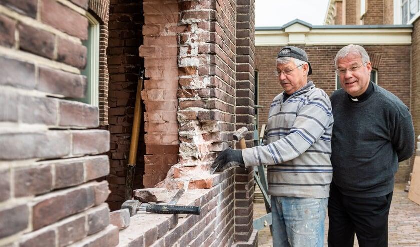 • Pastoor Joost van der Mee naast restaurateur Henk Boere bij de toekomstige Mariakapel.