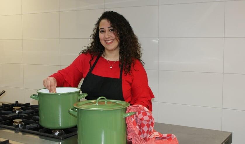 Reem in haar element: in de keuken om de lekkerste Syrische gerechten te bereiden.