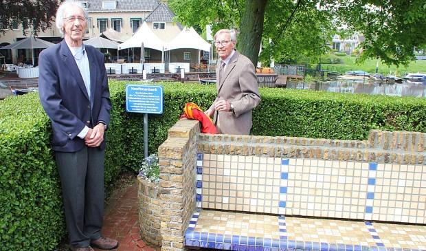 • Arie Ooms (links) en Arend de Jong bij het Hooftmanbankje.