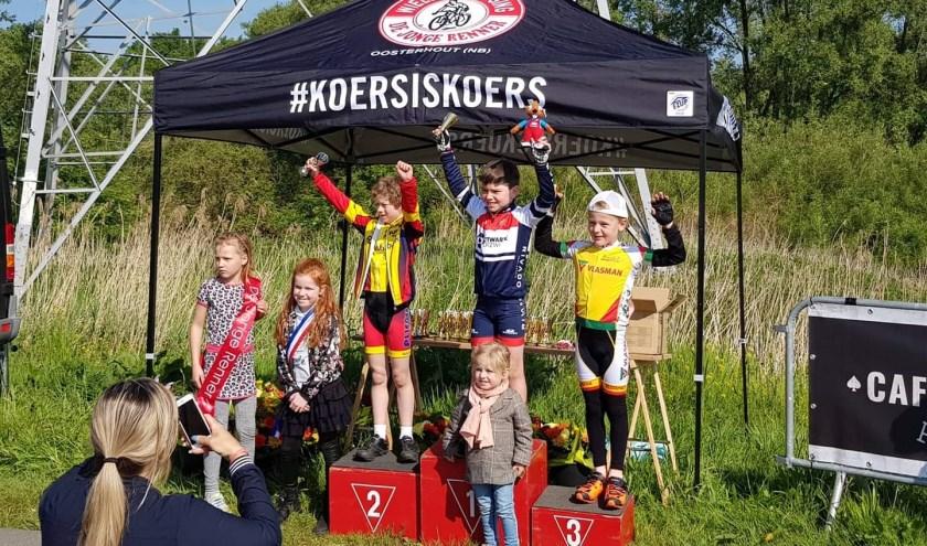 Niek Wolthuis viert zijn tweede plaats in de Biesbosch.
