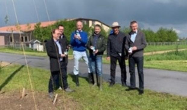 • Het college van B&W nam 'De Zoen van Woudrichem' in ontvangst bij de hopkuil van Landgoed Kraaiveld.