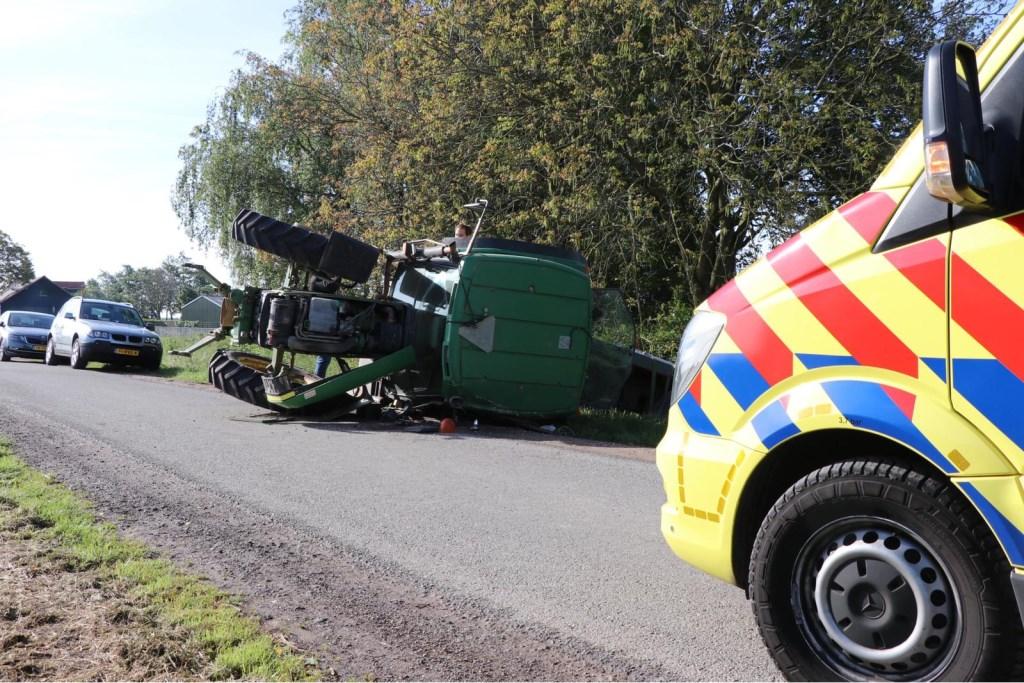 • Bij een ongeval aan de Midgraaf in Almkerk belandde een tractor op zijn kant. Foto: Jurgen Versteeg © Heusden en Altena