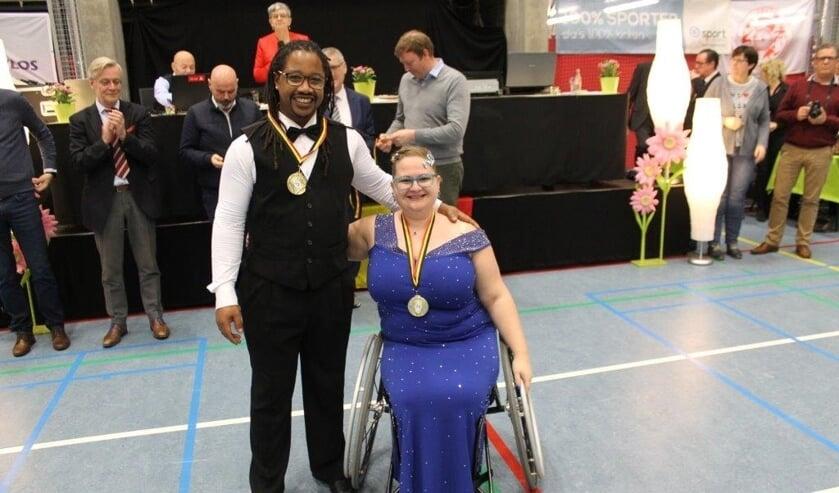 • Dexter en Nancy Miguel met hun medaille.