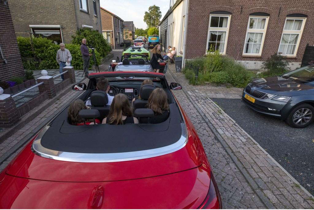 Leerlingen van het Altena College uit Sleeuwijk maken hun entree bij het examengala. Foto: Jan Noorlandt © Heusden en Altena