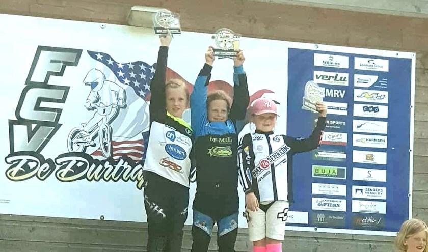 • Hailey de Wit (in het blauw-zwart) won zondag de topcompetitie in haar leeftijdscategorie.