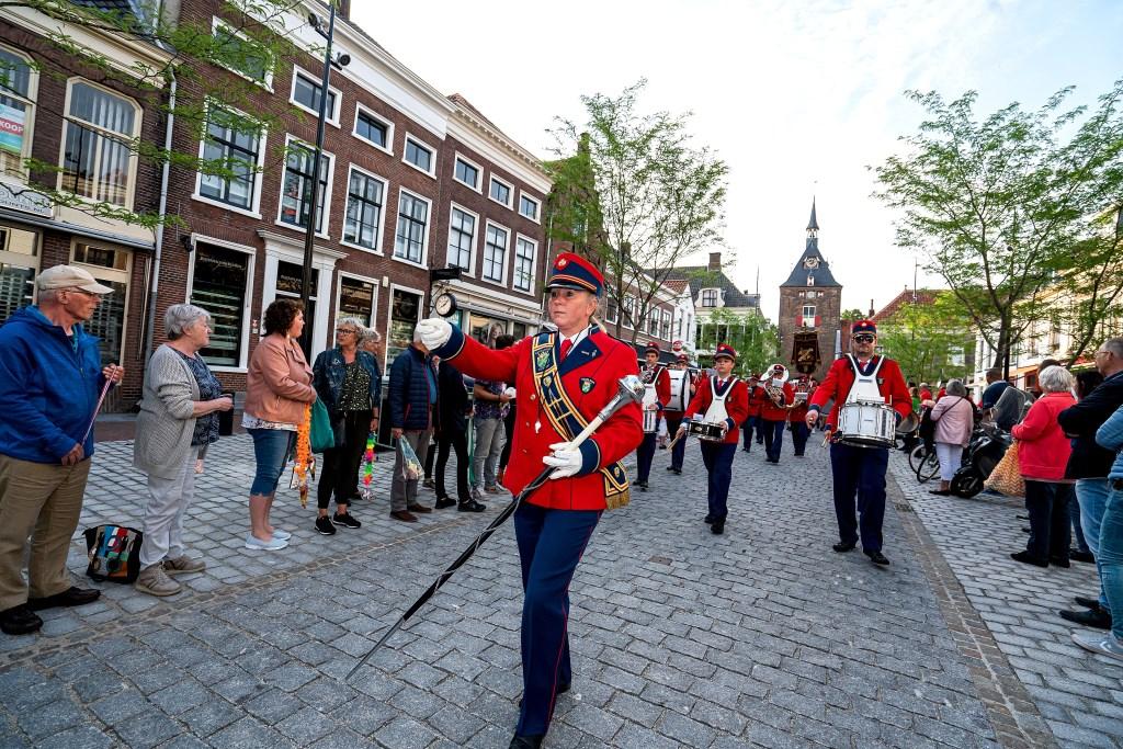 Feestelijke intocht Avondvierdaagse Vianen Foto: Nico Van Ganzewinkel © Vianen