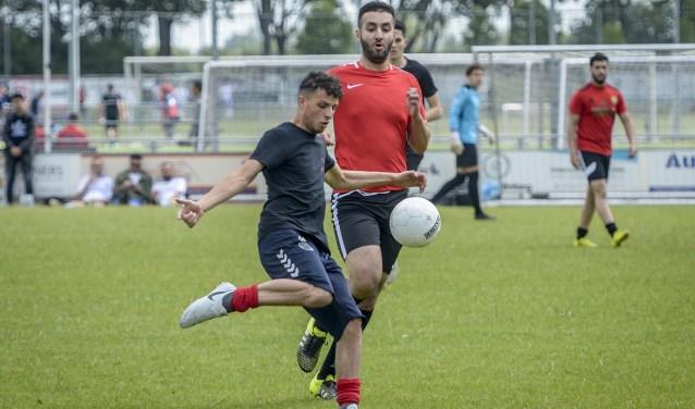• Marokkaanse voetballers in actie in Schoonhoven.