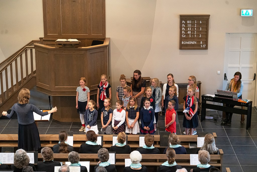 • In Schoonrewoerd werd een koor- en samenzangavond gehouden. Foto: Nico van Ganzewinkel © Leerdam