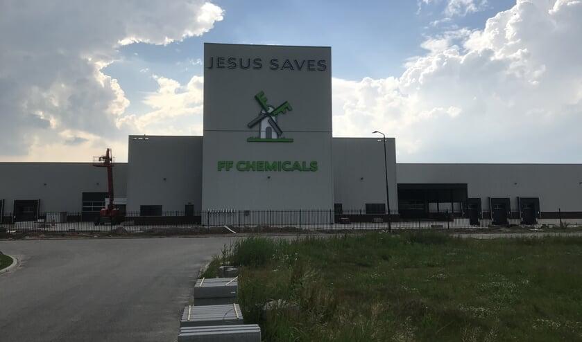 Het pand van FF Chemicals in Werkendam met daarop de tekst 'Jesus saves'.