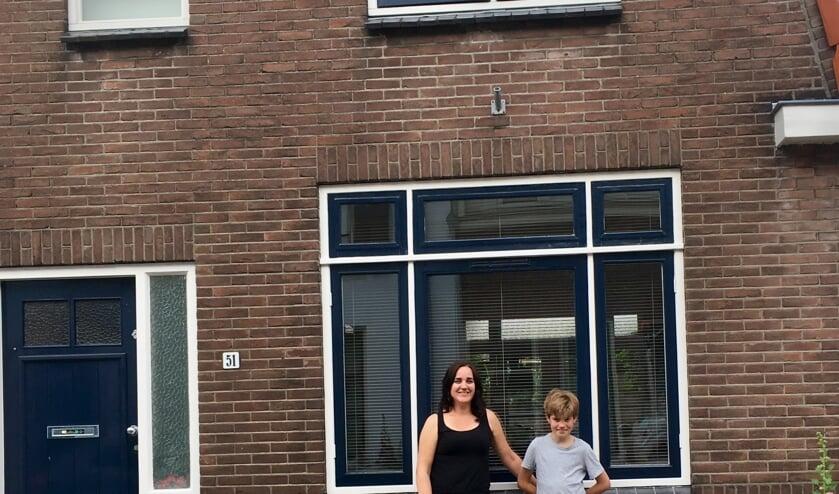 • Rebekka met oudste zoon Aart voor hun stadswoning.