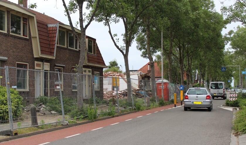 • De Kerkweg in Lekkerkerk. Links de te slopen huurwoningen.
