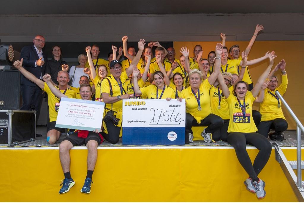 • Het Jumbo Team met de cheque.  Foto: wijntjesfotografie.nl © Krimpenerwaard