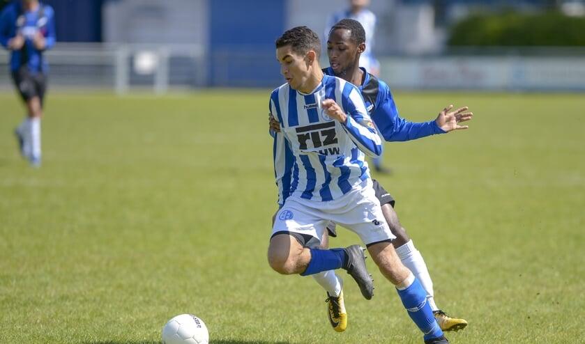 • Amine Karroum in het shirt van Schoonhoven.