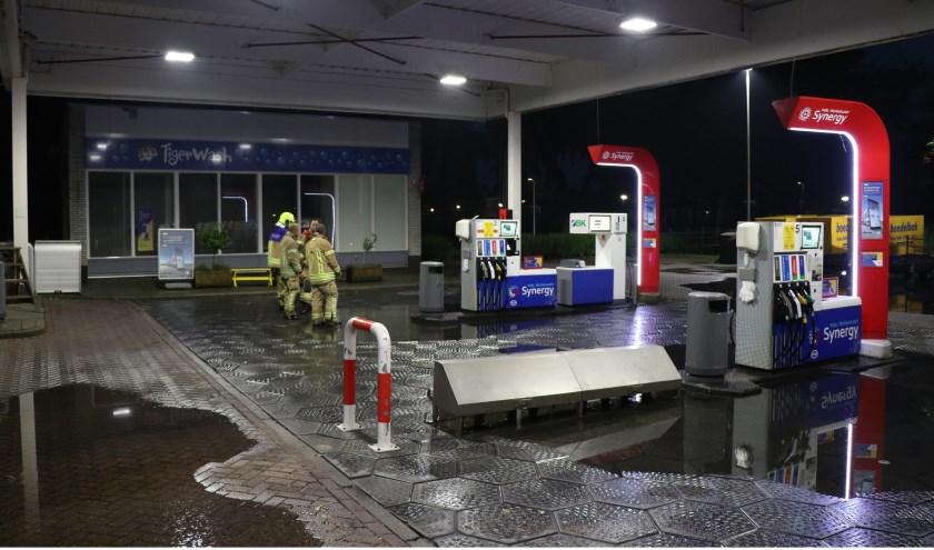 • Bij het Esso Tankstation liepen de afvoerkanalen vol water.