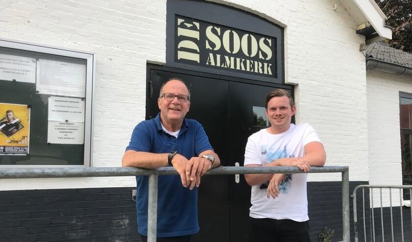 Kees Noorloos en Maurits Dekker voor het gebouw van De Soos in Almkerk.