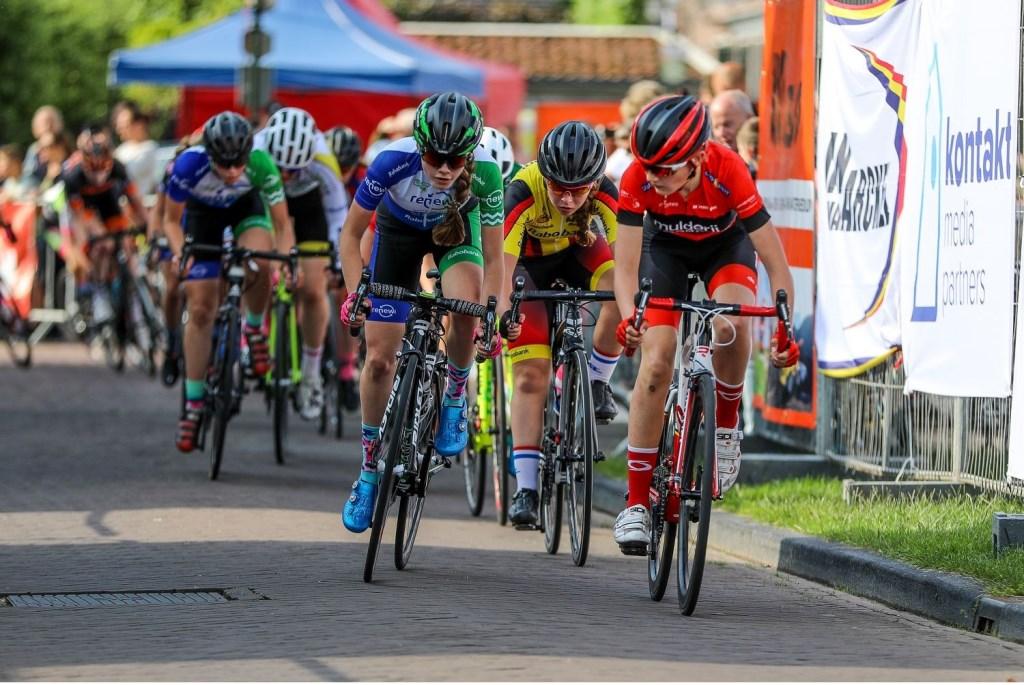 • De kopgroep in categorie 6 meisjes, met in het midden Merel Hartog. Foto: Rick den Besten © Alblasserwaard