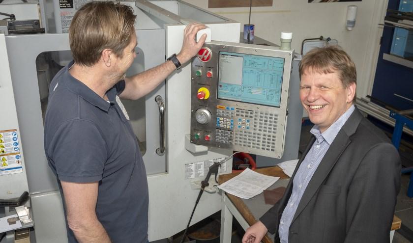 • Wethouder Jan Vente van de gemeente Krimpenerwaard krijgt uitleg over een freesmachine.