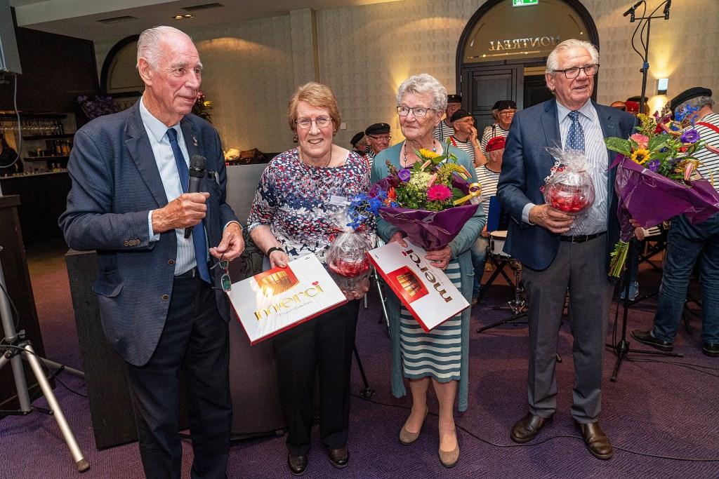 Arie Kooijman draagt  na 60 jaar de voorzittershamer van stichting Ouderenreis Vianen-Hagestein over aan Joke den Hartog Foto: Nico Van Ganzewinkel © Vianen