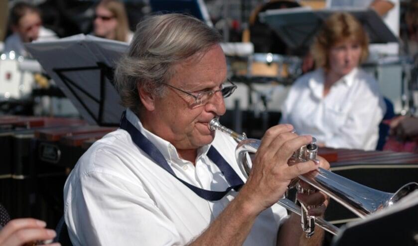 • Ries Jansen spelend tijdens de viering van het 50-jarig bestaan van de Algerakering.