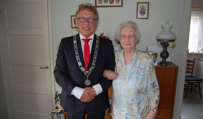 • Burgemeester Harry Keereweer ging de jarige feliciteren.