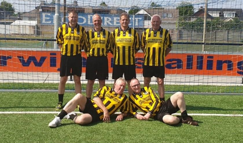 • Staand v.l.n.r. Marc Brekelmans, Paul Coset, Peter Muller en Rien Rovers. Liggend Gijs van Hemert en Adrie Hurkmans.