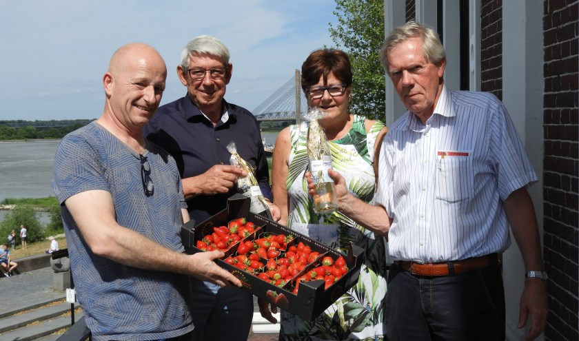 V.l.n.r.: Maarten Coppens (Aardbeiendrive-commissie), René van Heeswijk en Marly Nieman, de winnaars en Harry Sanders (voorzitter ZBC).