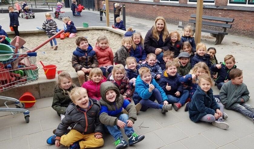 • Juf Marjolein tussen de kinderen.
