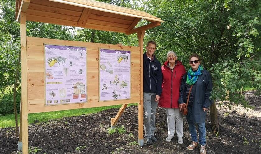 • Willem Groenendijk, Ellen Hansen en Betty de Swart in de insectentuin.