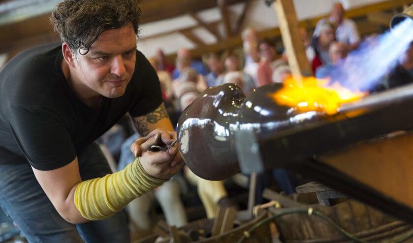 • Martin Janecky maakt een hoofd van glas.