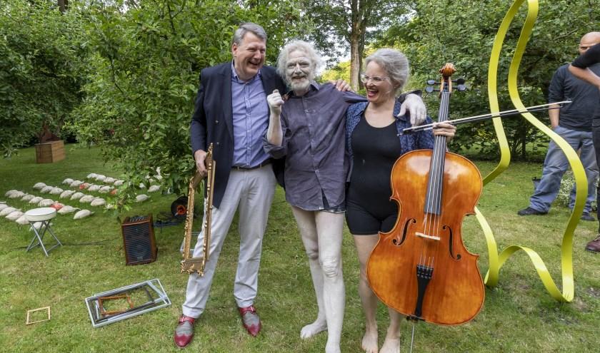 • Wethouder Willem Posthouwer (l) met Sjoerd Schwibettus en Sarah Walder.
